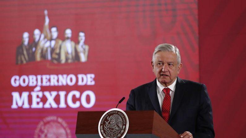 El presidente de México, Andrés Manuel López Obrador, habla durante su conferencia de prensa matutina este viernes, en el Palacio Nacional de Ciudad de México (México). (EFE/ José Méndez)