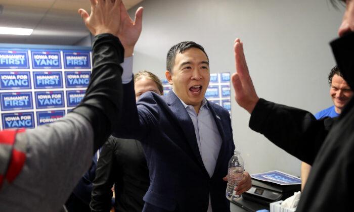 El candidato presidencial demócrata Andrew Yang celebra en el centro comercial Penn Central en Oskaloosa, Iowa, el 25 de enero de 2020. (Chip Somodevilla/Getty Images)