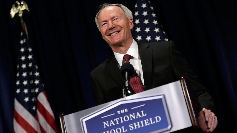 El gobernador de Arkansas Asa Hutchinson durante una conferencia de prensa el 2 de abril de 2013 en el Club Nacional de Prensa en Washington, DC. (Win McNamee/Getty Images)
