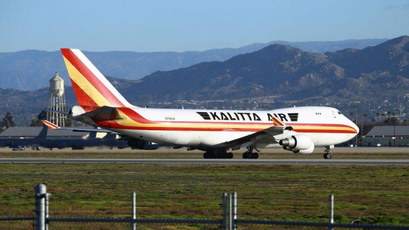 Un avión chárter aterriza en la Base de la Reserva Aérea de March en Riverside, California, el 29 de enero de 2020, con los pasajeros evacuados de Wuhan. (MATT HARTMAN/AFP vía Getty Images)