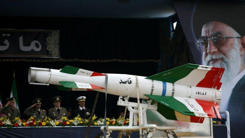 Um míssil iraniano Ghasedak diante dos retratos do falecido fundador da República Islâmica do Irã, aiatolá Ali khamenei (R), durante a parada militar anual no dia do exército em 17 de abril de 2008 em Teerã, Irã (Majid / Getty Images)