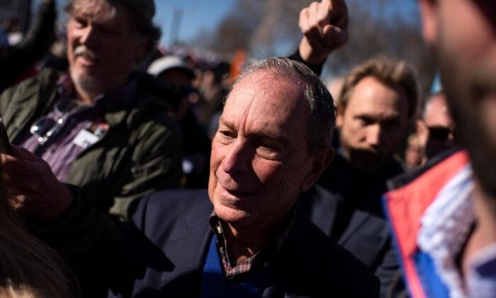 El aspirante a candidato presidencial demócrata Mike Bloomberg se reúne con seguidores en Central Machine Works en Austin, Texas el 11 de enero de 2020. (Mark Felix / AFP via Getty Images)