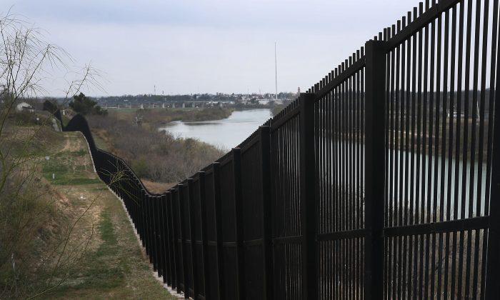Muro fronterizo fotografiado cerca del Río Grande, que marca la frontera entre México y los Estados Unidos en Eagle Pass, Texas, el 9 de febrero de 2019. (Joe Raedle/Getty Images)
