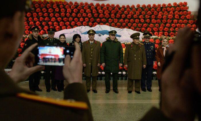 Soldados de Rusia, Irán, China y Corea del Norte posan para una foto antes de una exhibición durante una exposición de flores de 'Kimjongilia' que celebra al fallecido líder Kim Jong Il, en Pyongyang, Corea del Norte, el 14 de febrero de 2019. (Ed Jones/AFP vía Getty Images)