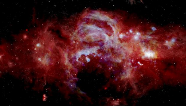 Imagen infrarroja compuesta del centro de nuestra Vía Láctea. Se extiende a lo largo de más de 600 años luz. La vista revela características que nunca antes se habían visto. (Créditos: NASA/SOFIA/JPL-Caltech/ESA/Herschel)