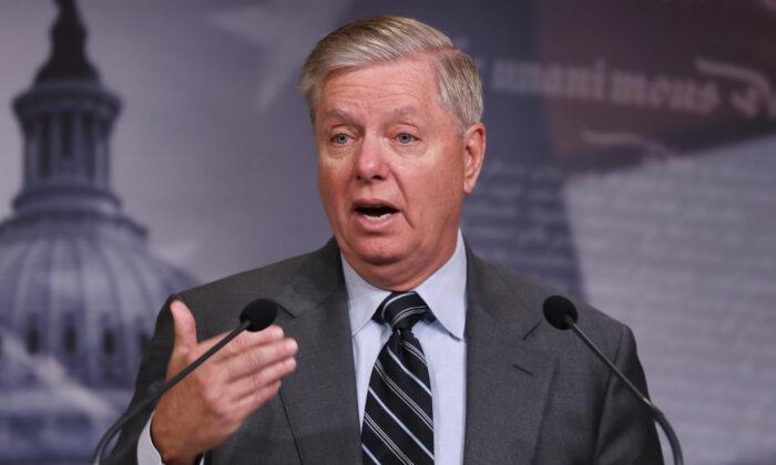 Presidente del Senado, Lindsey Graham (R-S.C.), da una conferencia de prensa en el Capitolio de EE.UU. en Washington el 9 de diciembre de 2019. (Chip Somodevilla/Getty Images)
