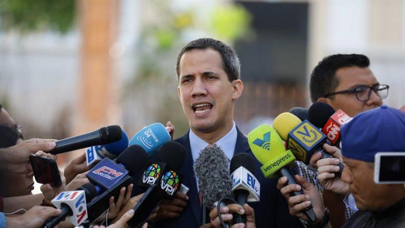 Na imagem, o líder da oposição venezuelana Juan Guaidó (EFE / Rayner Peña / Arquivo)