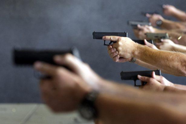 Maestros y administradores de escuelas disparan armas durante un curso de tres días