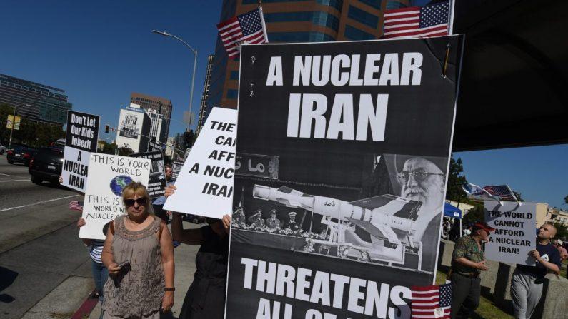 Los miembros del grupo 'Stand With Us' realizan una manifestación para pedir el rechazo del acuerdo nuclear propuesto por Irán fuera del Edificio Federal en Los Ángeles, el 26 de julio de 2015. (Mark Ralston/AFP vía Getty Images)