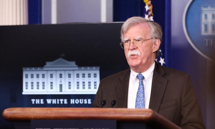 El entonces asesor de seguridad nacional John Bolton habla en una sesión informativa para la prensa en la Casa Blanca en Washington el 28 de enero de 2019. (Holly Kellum/NTD)
