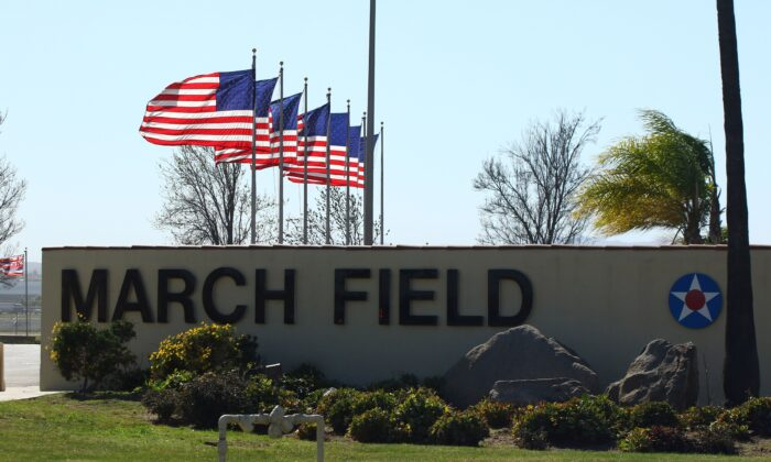 La entrada a la Base de la Reserva Aérea March en Riverside, California, el 29 de enero de 2020. (Matt Hartman/AFP a través de Getty Images)
