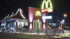 Menino pobre é encontrado fazendo sua lição de casa do lado de fora do McDonald's