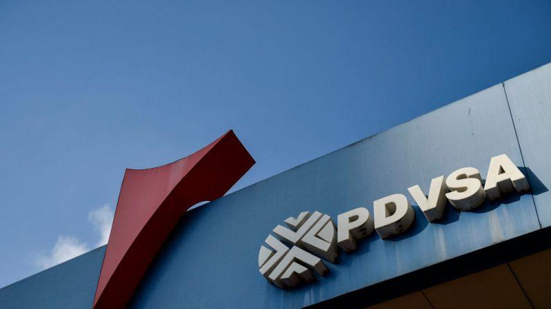 Logotipo da empresa estatal de petróleo venezuelana PDVSA, em um posto de gasolina em Caracas, em 29 de janeiro de 2019 (LUIS ROBAYO / AFP / Getty Images)