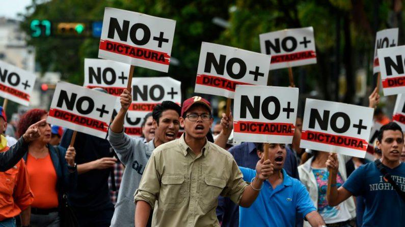 Manifestantes da oposição participam de protesto contra a ditadura de Nicolás Maduro, convocado pelo líder da oposição Juan Guaidó, perto de Parque Cristal, em Caracas (Venezuela), em 30 de janeiro de 2019 (JUAN BARRETO / AFP / Getty Images)