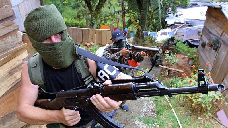 Membros de grupo paramilitar em Medellín, Colômbia. Imagem de 2002. (FERNANDO VERGARA/AFP/Getty Images)