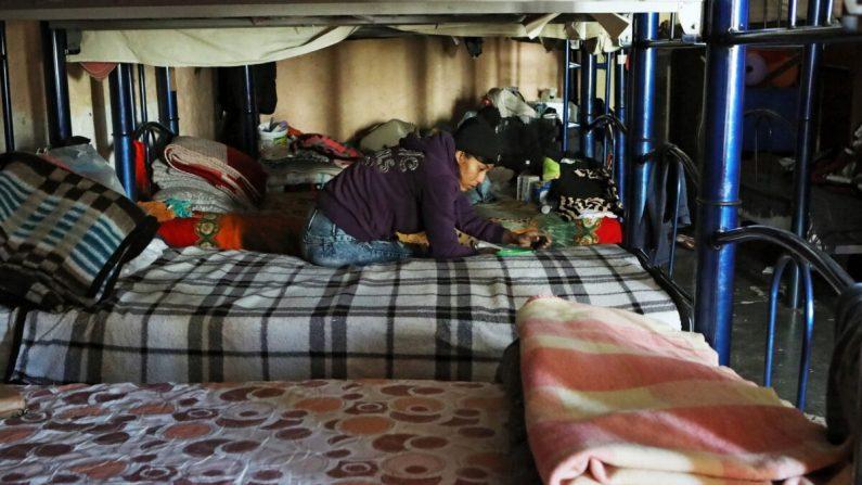 Un migrante centroamericano permanece en el refugio de El Buen Samaritano en Ciudad Juárez, estado de Chihuahua, México, mientras espera para solicitar asilo en Estados Unidos, el 17 de diciembre de 2019. (Herika Martinez/AFP via Getty Images)