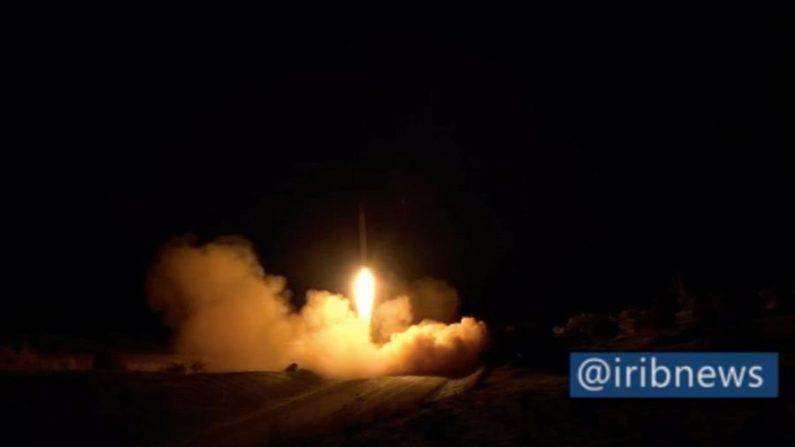 Uma captura de tela de um vídeo divulgado pela TV estatal iraniana (IRIB) mostra foguetes do Irã contra a base militar dos EUA em Ein-al Asad, no Iraque, 08 de janeiro de 2020 (EFE / EPA / Divulgação IRIB)