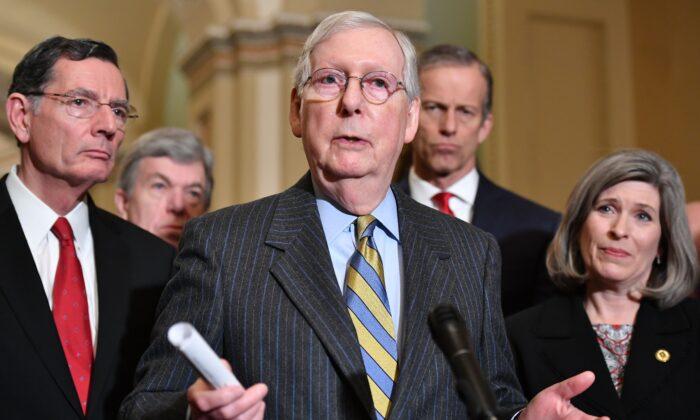 El líder de la mayoría del Senado, el senador Mitch McConnell (R-Ky.), habla después de un almuerzo en el Capitolio de Washington el 13 de enero de 2020. (Mandel Ngan/AFP vía Getty Images)