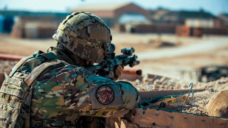 Un soldado explora su sector de fuego durante un ejercicio de defensa en la base aérea de Al Asad, Irak, el 2 de enero de 2020.  (Fotografía del Ejército de los Estados Unidos por el soldado Derek Mustard/Dominio Público/Archivo)