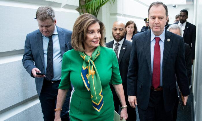 La presidenta de la Cámara de Representantes Nancy Pelosi (D-Calif.) y el presidente de la Comisión de Inteligencia de la Cámara Adam Schiff (D-Calif.) se van del Capitolio tras una reunión del caucus con los demócratas de la Cámara en Washington, el 14 de enero de 2020. (Brendan Smialowski/AFP vía Getty Images)