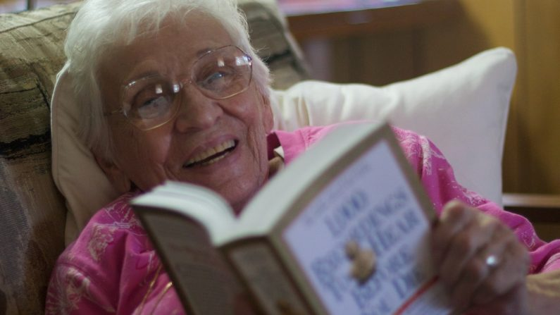Mantenerse mentalmente activo, haciendo cosas como leer libros a los nietos, puede ayudar a algunos adultos mayores a prevenir la demencia. (Pxhere/CCO)