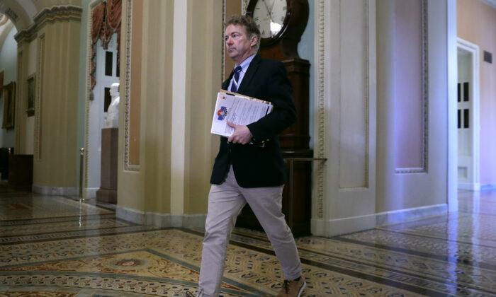 El senador Rand Paul (R-Ky.) se dirige a la Cámara del Senado antes que comience el impeachment del presidente Donald Trump en el Capitolio de Estados Unidos en Washington el 21 de enero de 2020. (Chip Somodevilla/Getty Images)