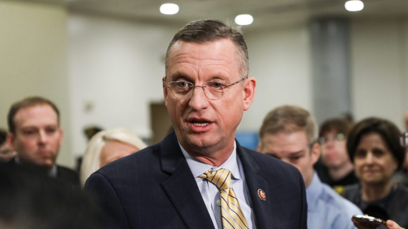 El representante Doug Collins (R-Ga.) habla con los medios mientras otros asesores del equipo de defensa del impeachment observan, en el Capitolio de Washington el 27 de enero de 2020. (Charlotte Cuthbertson/The Epoch Times)