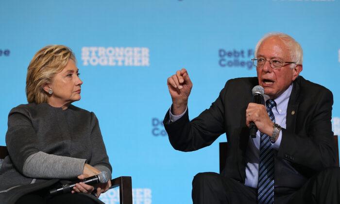 La exsecretaria de Estado Hillary Clinton, antigua candidata presidencial demócrata, observa al senador Bernie Sanders durante un acto de campaña en la Universidad de Nuevo Hampshire en Durham, Nuevo Hampshire, el 28 de septiembre de 2016. (Justin Sullivan/Getty Images)