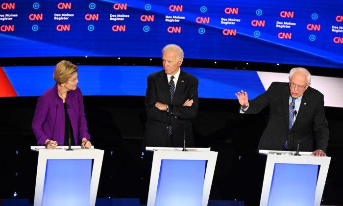 Los aspirantes a la presidencia, la senadora Elizabeth Warren (D-Mass.) a la izquierda, el exvicepresidente Joe Biden al centro, y el senador Bernie Sanders (I-Vt.) participan en el séptimo debate de las primarias demócratas de la temporada de la campaña presidencial de 2020 en el campus de la Universidad Drake en Des Moines, Iowa, el 14 de enero de 2020. (Robyn Beck/AFP a través de Getty Images)