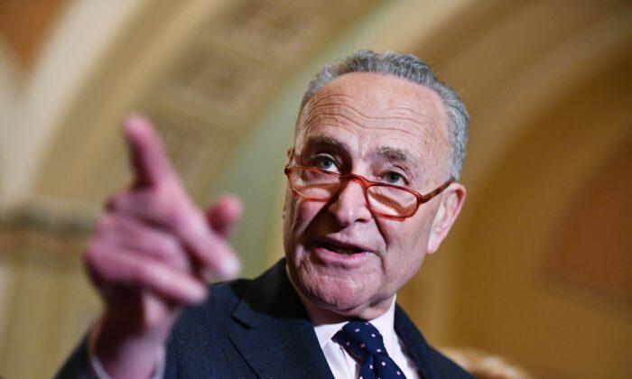 El líder de la minoría del Senado Chuck Schumer habla con los periodistas después de un almuerzo sobre políticas en el Capitolio de Estados Unidos en Washington el 7 de enero de 2020. (Mandel Ngan/AFP a través de Getty Images)