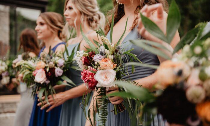 Una foto de archivo de unas damas de honor sosteniendo ramos de flores. (Emma Bauso/Pexels)