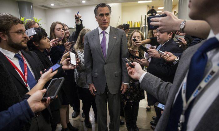 El senador Mitt Romney habla con los periodistas cerca del metro del Senado en el Capitolio el 24 de enero de 2019. (Zach Gibson/Getty Images)