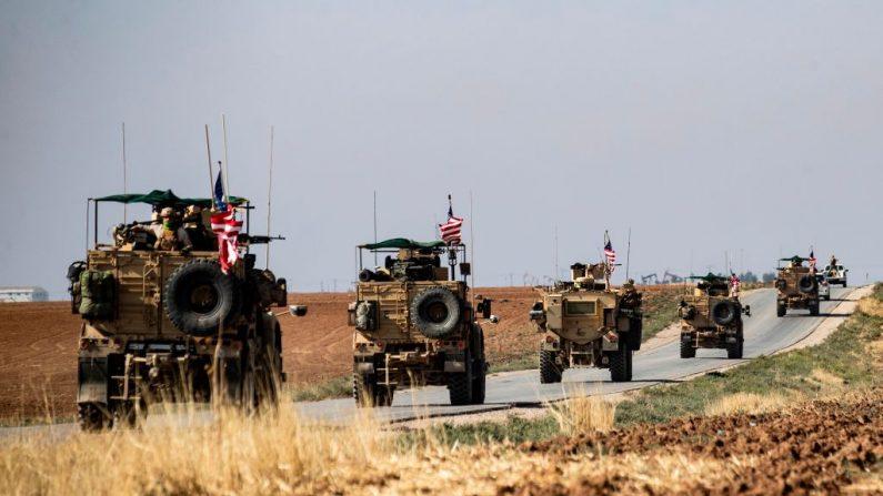 Las fuerzas estadounidenses, acompañadas por combatientes kurdos de las Fuerzas Democráticas Sirias (FDS).  ( DELIL SOULEIMAN/AFP vía Getty Images)