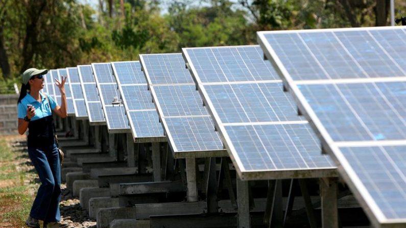 O Brasil é um dos países com maior potencial solar do mundo e, desde 2012, quando regulamentou o sistema de geração distribuída, cerca de 140.000 consumidores, entre indivíduos e empresas, produzem eletricidade, principalmente com painéis fotovoltaicos (EFE / Dennis M. Sabangan / Arquivo)