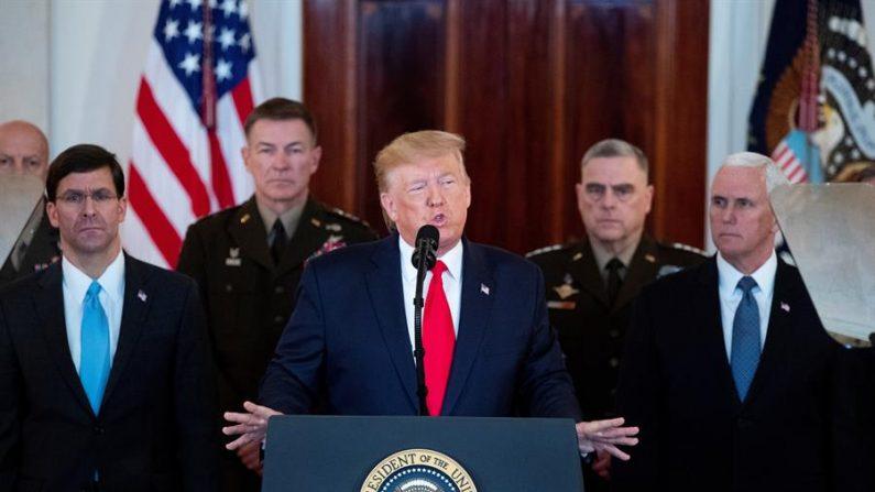 O presidente dos EUA, Donald J. Trump (C), faz uma declaração sobre a resposta dos EUA aos ataques com mísseis iranianos, ao lado do vice-presidente dos EUA, Mike Pence (Frente D), Secretário de Defesa dos EUA, Mark Esper (Frente E), no Grand Foyer da Casa Branca em Washington, DC, 08 de janeiro de 2020 (EFE / Michael Reynolds)