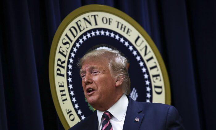 El Presidente Donald Trump sale después de hablar en una Cumbre de Salud Mental de la Casa Blanca en el Auditorio del Tribunal Sur del Edificio de Oficinas Ejecutivas Eisenhower en la Casa Blanca en Washington el 19 de diciembre de 2019. (Drew Angerer/Getty Images)
