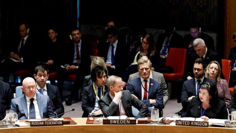A embaixadora do Reino Unido nas Nações Unidas, Karen Pierce, intervém enquanto a embaixadora da Rússia, Vassily Nebenzia (E), e o sueco, Olof Skoog (C), ouvem no Conselho de Segurança da ONU solicitado pela Rússia para resolver a situação na Síria, na sede da ONU em Nova Iorque (Estados Unidos), em 12 de abril de 2018 (EFE / Justin Lane / Arquivo)
