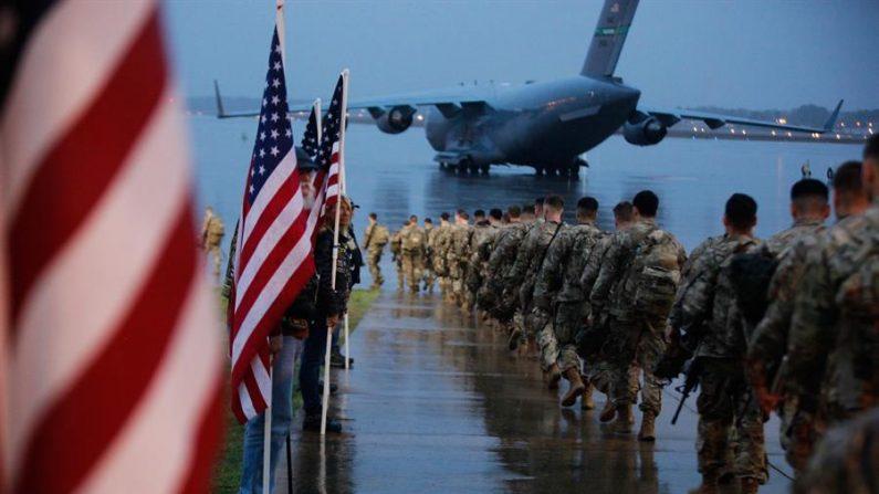 Uma foto divulgada pelo Exército dos EUA mostra os pára-quedistas designados para a 1ª Brigada de Combate, 82ª Divisão Aerotransportada, preparando equipamentos e aeronaves embarcadas com destino à área de operações do Comando Central dos EUA no Oriente Médio, de Fort Bragg, Carolina do Norte, EUA, 04 Janeiro 2020 (emitido em 07 janeiro 2020) (EFE / EPA / HUBERT DELANY / EXÉRCITO DOS EUA)
