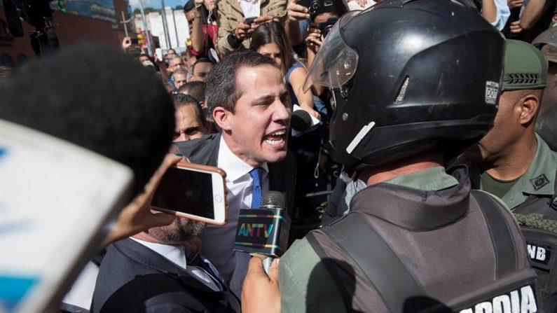 El líder de la oposición venezolana, Juan Guaidó, y varias docenas de diputados que lo apoyan como presidente del Parlamento se enfrentan a miembros de la Guardia Nacional Bolivariana (GNB) que les impiden ingresar al Palacio Legislativo Federal el 7 de enero de 2020 en Caracas, Venezuela. (EFE / Rayner Peña)