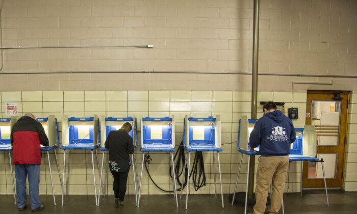 Votantes en el cuartel de bomberos del Distrito 5 Ward 83 en Milwaukee, Wisconsin, el 6 de noviembre de 2018. (Darren Hauck/Getty Images)