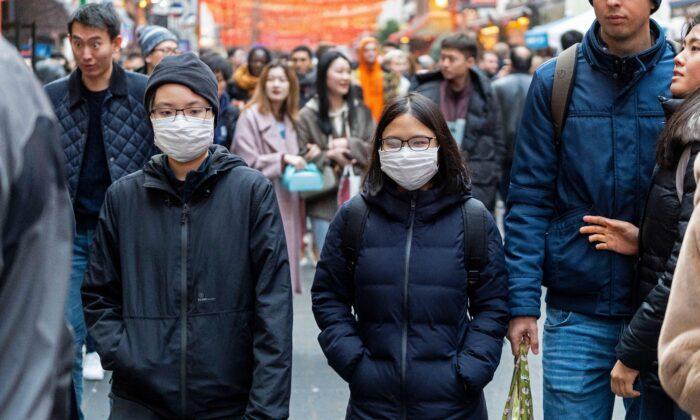 Algunos peatones en el China Town de Londres fueron vistos usando  una máscara quirúrgica el 25 de enero de 2020. (Niklas Halle'n/AFP vía Getty Images)