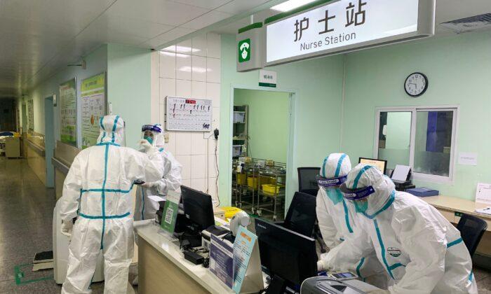 Personal médico del hospital Zhongnan en Wuhan, China, el 23 de enero de 2020. (STR/AFP vía Getty Images)