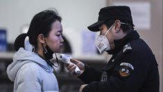 Residentes se apresuran a almacenar suministros mientras Wuhan cierra por cuarentena de coronavirus