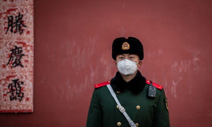Policía lleva una máscara protectora para ayudar a detener la propagación de un virus mortal parecido al SARS, que se originó en la ciudad central de Wuhan, hace guardia a la salida de la Ciudad Prohibida en Beijing, China, el 25 de enero de 2020. (Nicolas Asfouri/AFP vía Getty Images)