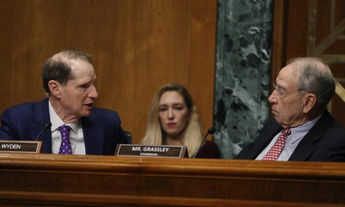 El senador Ron Wyden (D-Ore.) (izq.) habla con el presidente Chuck Grassley (R-Iowa) durante una audiencia de la Comisión de Finanzas del Senado en el Capitolio de Washington, en una fotografía de archivo del 2019. (Mark Wilson/Getty Images)