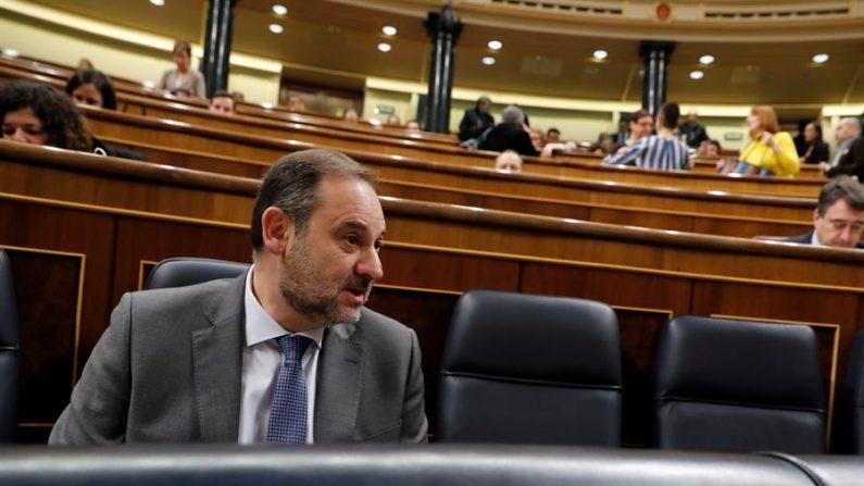 El ministro de Transporte y Movilidad de España, José Luis Ábalos, el 19 de febrero de 2020 durante la sesión de control al Gobierno en el Congreso en Madrid, España. EFE/Ballesteros