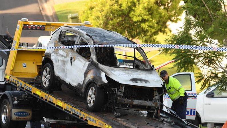 Vehículo incendiado en el que cuatro personas de una misma familia perdieron la vida, en Brisbane, Australia, el 19 de febrero de 2020. (EFE/EPA/DAN PELEDÓ)