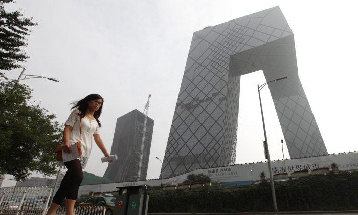 Una mujer pasa por el complejo de la Televisión Central China (CCTV) en Beijing el 13 de agosto de 2010. (Franko Lee/AFP/Getty Images)
