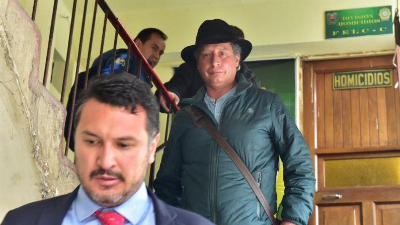El exministro boliviano de Minería César Navarro (c) sale de una comisaría este sábado en La Paz Bolivia. (EFE/ Stringer)