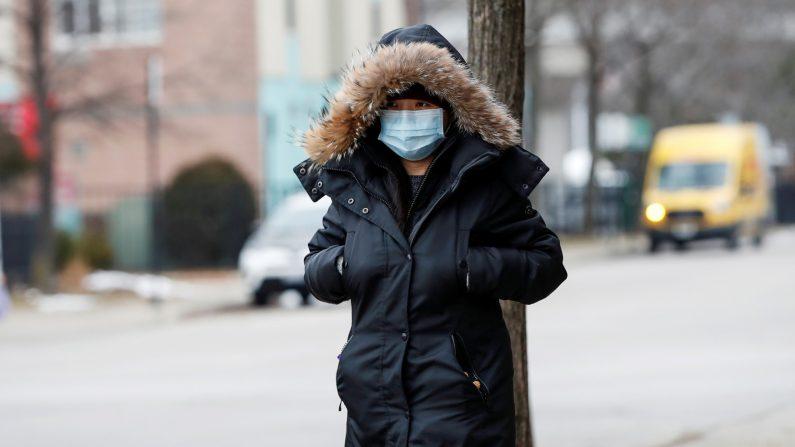 Una mujer usa una máscara en Chinatown luego del brote del nuevo coronavirus, en Chicago, Illinois, EE. UU., El 30 de enero de 2020. (Reuters / Kamil Krzaczynski / File Photo)